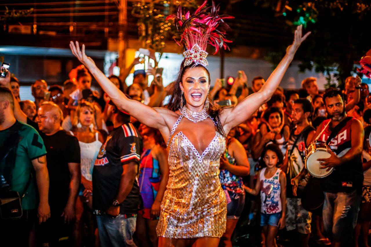 """Rainha de bateria Gracyanne Barbosa em ensaio de rua da escola de samba """"União da ilha"""". Foto: Divulgação"""