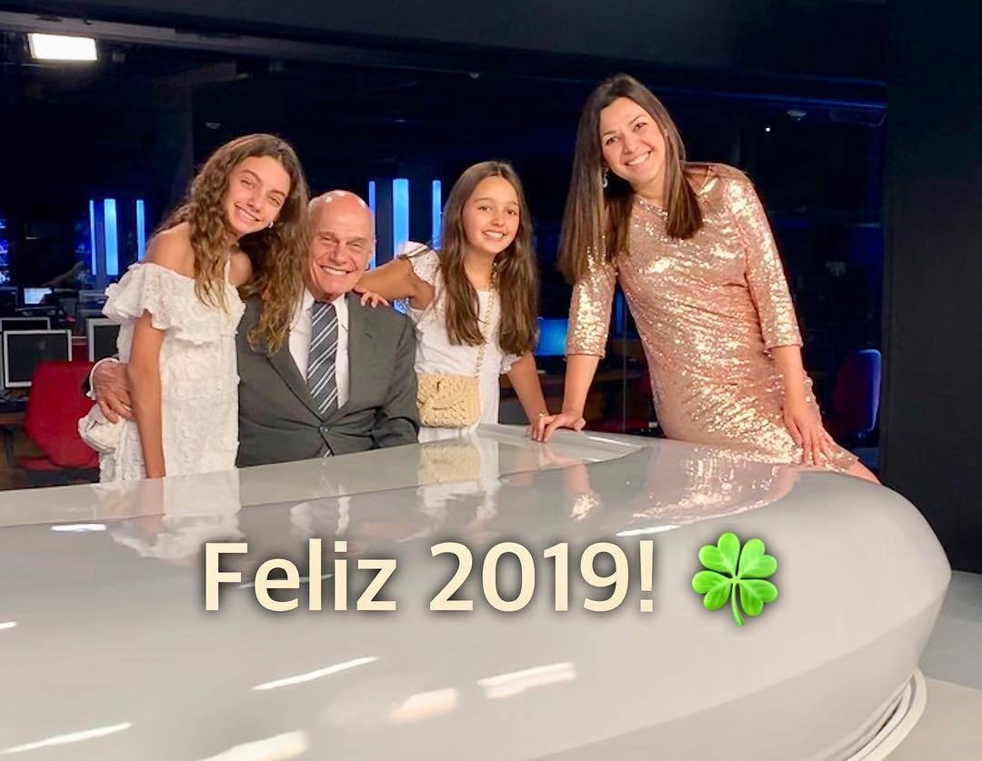 Ricardo Boechat posando com as filhas e a esposa no início do ano. Foto: Reprodução / TV Band / Instagram