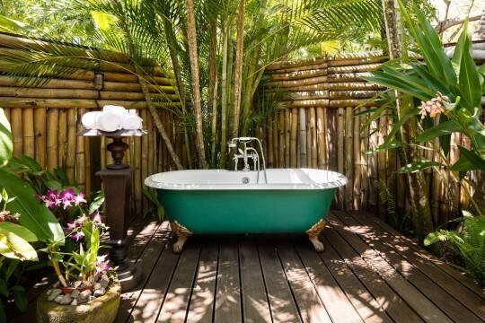 Uma banheira ao ar livre promete relaxamento total. Foto: Airbnb