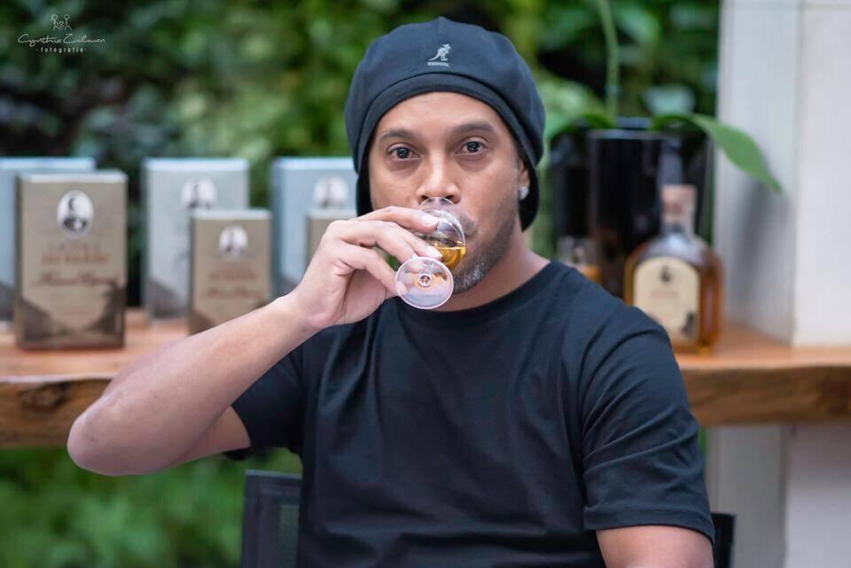 Ronaldinho Gaúcho elege a Cachaça do Barão a melhor de todas. Foto: Divulgação