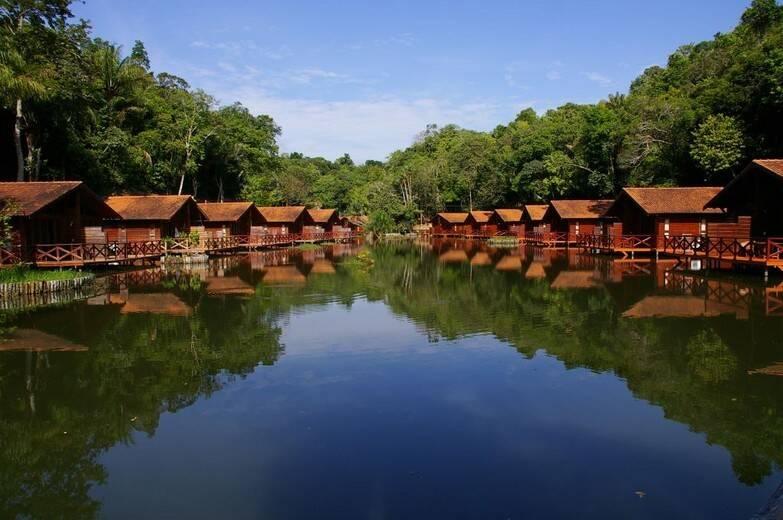Hotel à beira de rio na floresta amazônica. Foto: Reprodução/Instagram