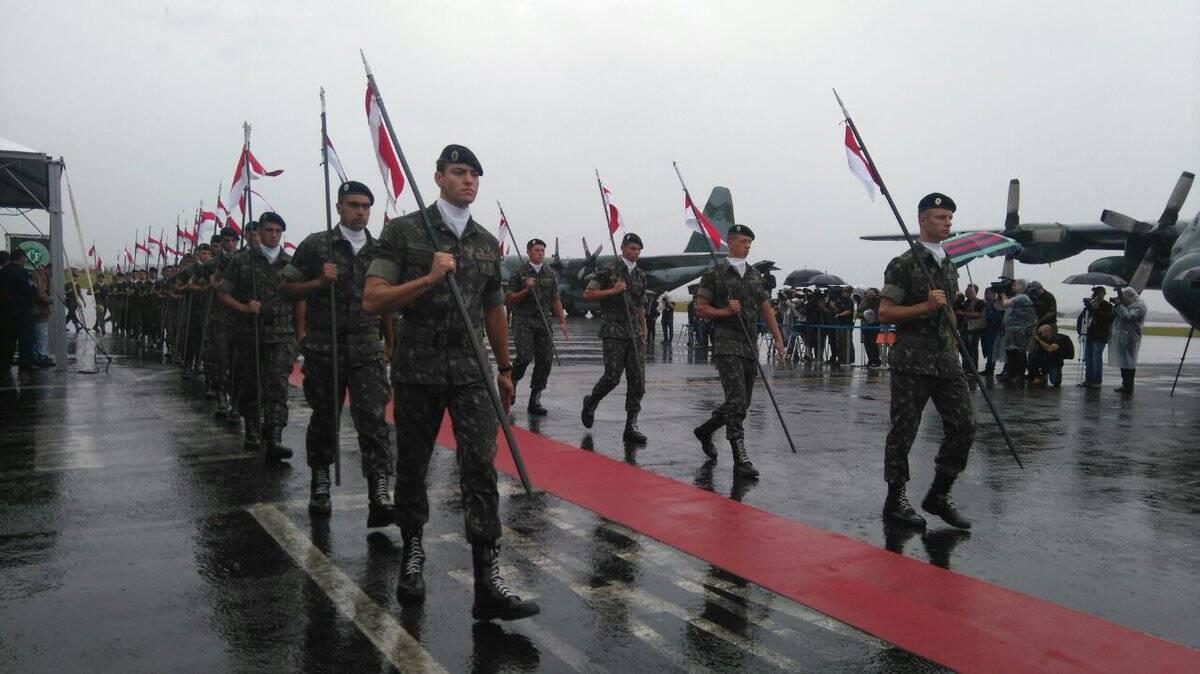 Soldados fazem as honras no desembarque dos primeiros corpos das vítimas do acidente aéreo . Foto: Ministério do Esporte
