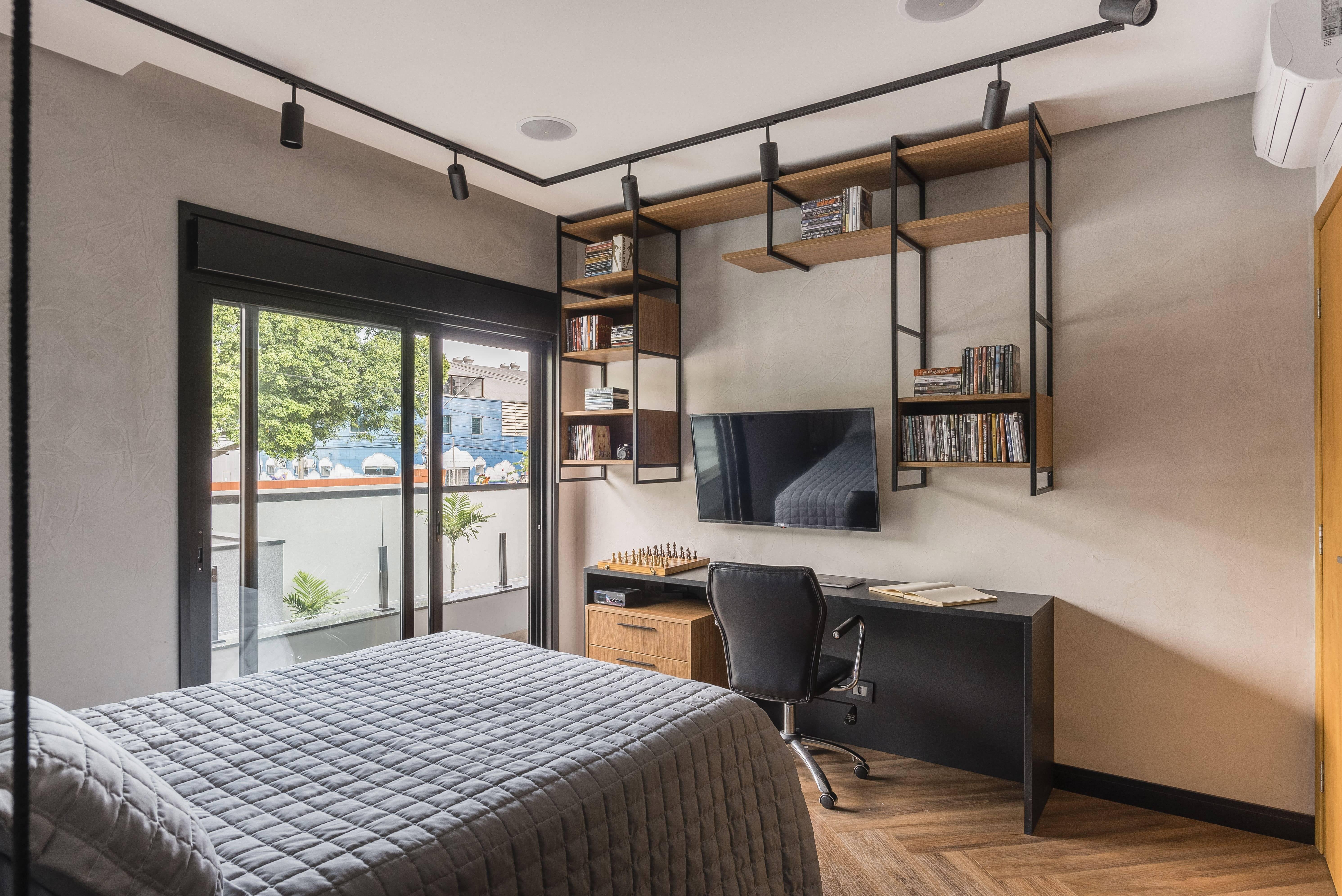 Prateleiras, armários e estantes podem tornar a decoração do quarto mais organizada. Foto: Henrique Ribeiro