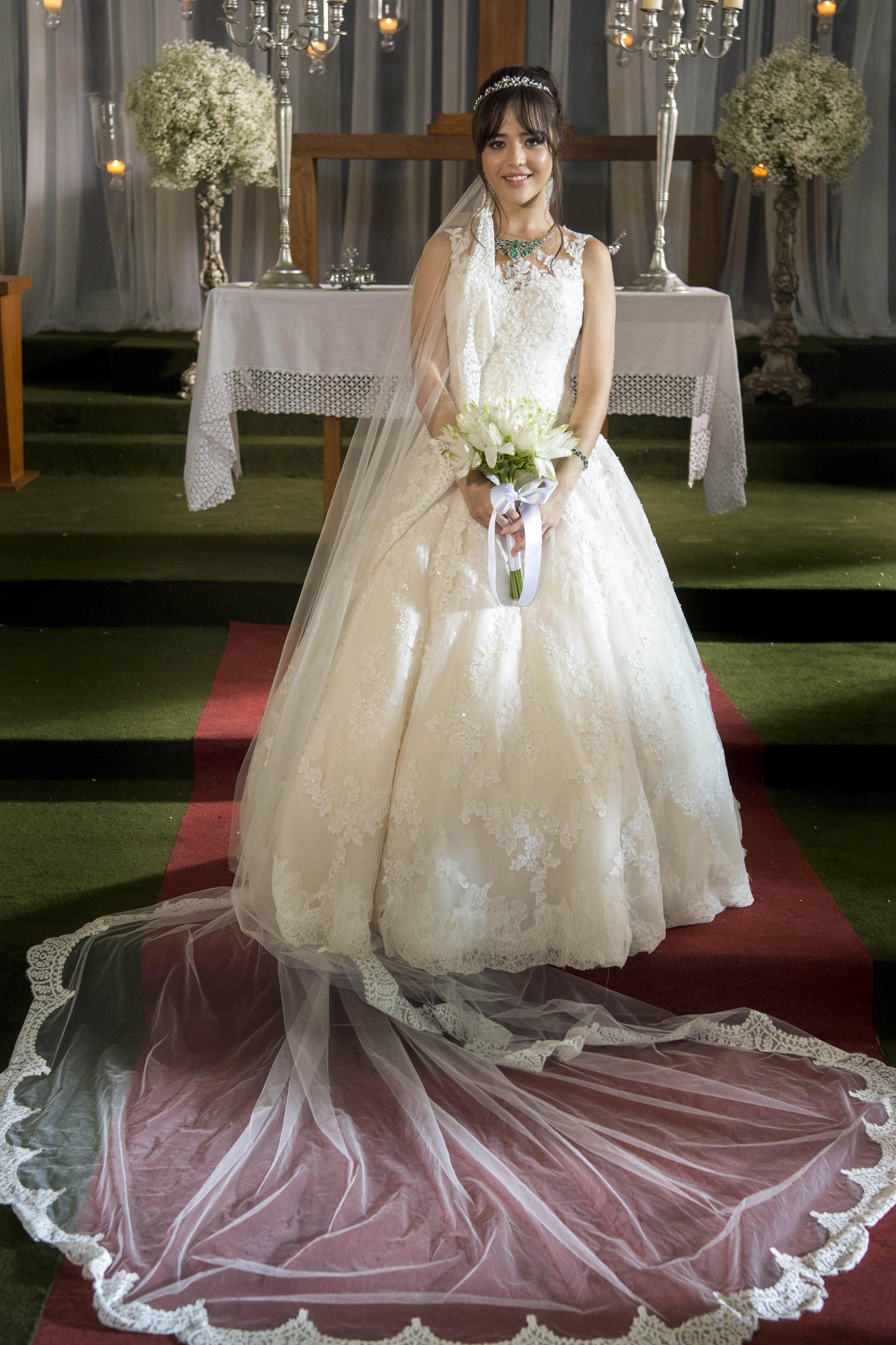 Laura (Bella Piero) escolhe um vestido de noiva rendado para casamento com  Rafael (Igor Angelkorte). Foto: Divulgação/TV Globo