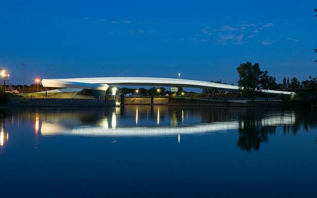 Ponte alemã teve que ser projetada para evitar contato dos petroleiros com público no porto de petróleo da cidade. Foto: Kirsten Bucher/BYCS