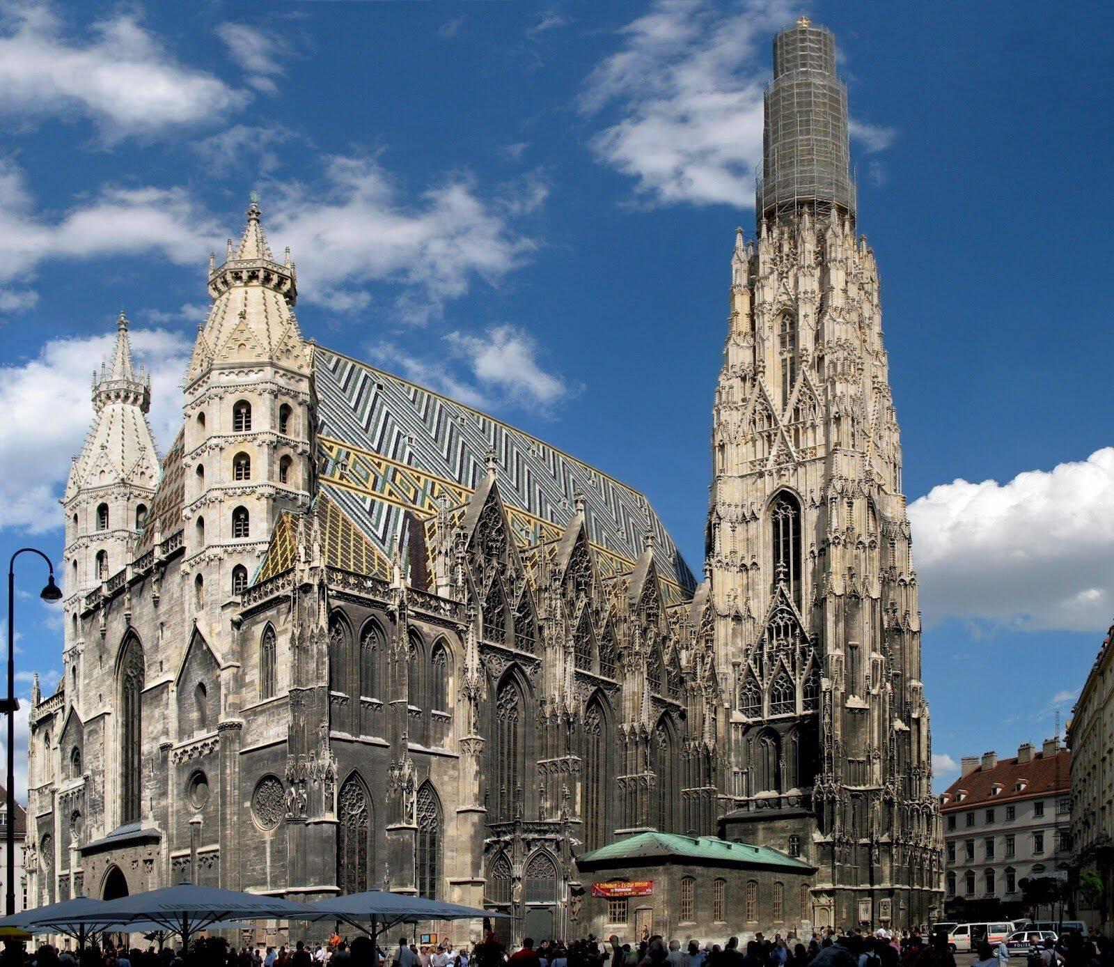 Símbolo da arquitetura gótica na cidade, a Catedral Stephansdom oferece ingressos para que turistas subam ao topo para ver a cidade de cima. Foto: Reprodução/Pinterest