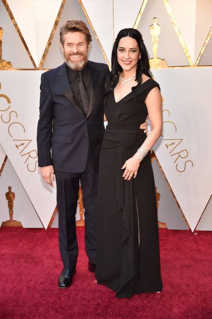 Willem Dafoe e Giada Colagrande também marcaram o tapete vermelho do Oscar 2018 no último domingo (04). Foto: Kevin Mazur/WireImage