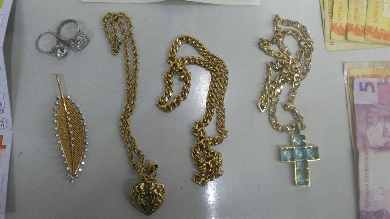 A segunda vítima disse que além de 4 mil dólares também tinha dado joias em troca do bilhete. Foto: Divulgação/Polícia Militar