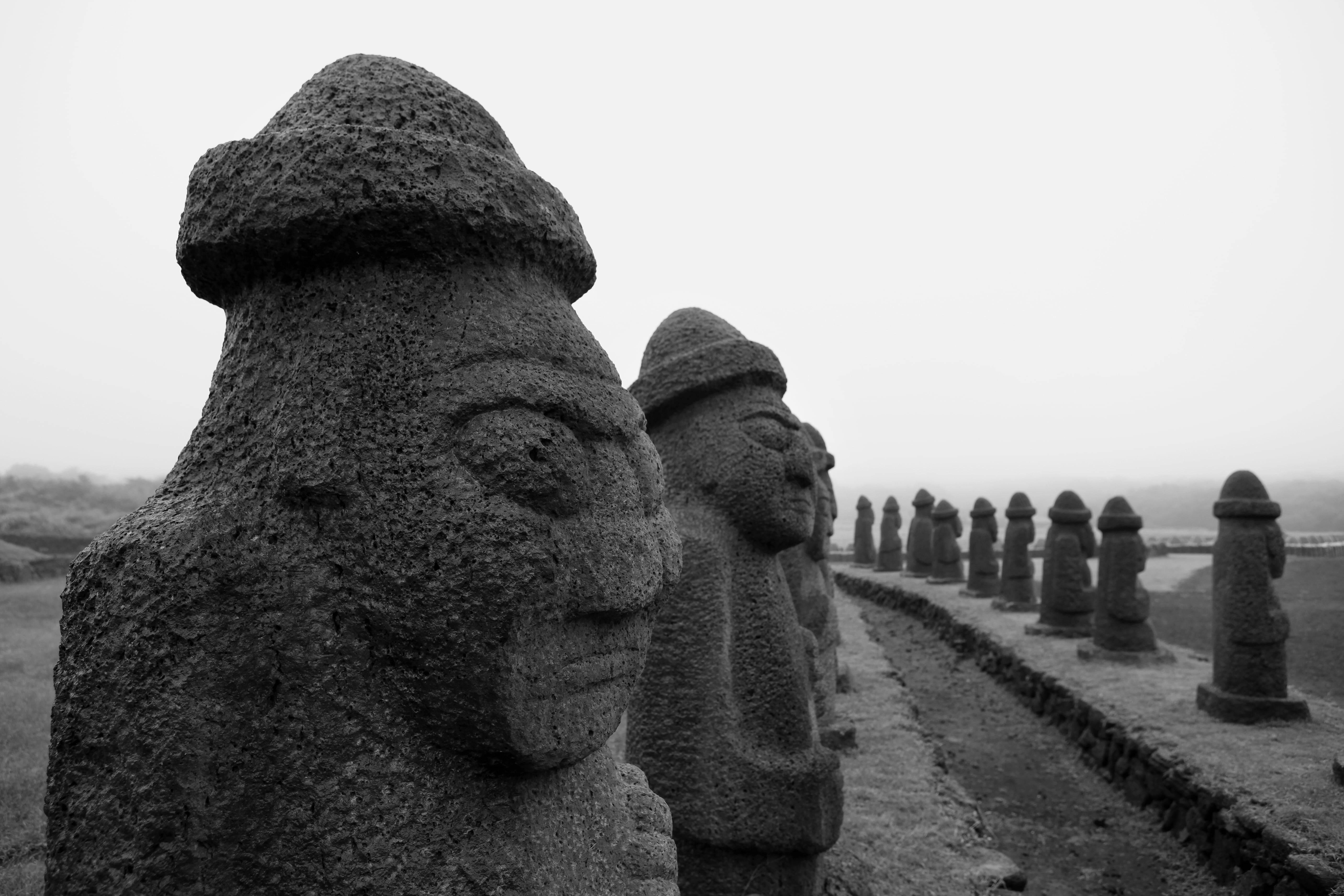 Jeju Stone Park reúne diversos Dol Hareubang, que protegem o lugar das forças do mal. Foto: Reprodução/Visit Jeju