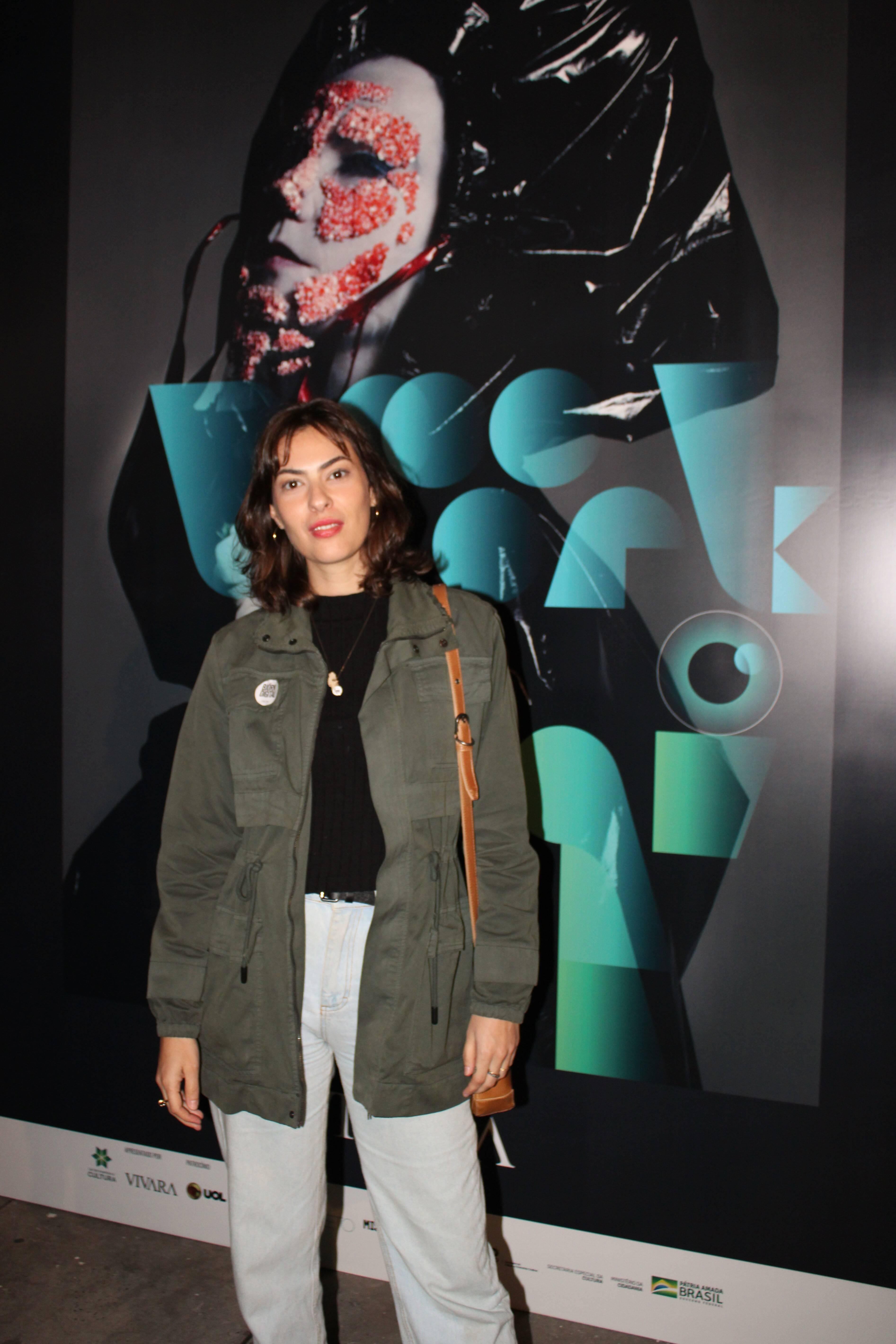 Isabela Wilker prestigia abertura da exposição . Foto: Priscila Sbrana/ Divulgação