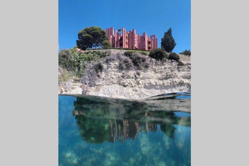 O cenário rochoso e costeiro também se parece com a ilha misteriosa da série. Foto: Booking.com