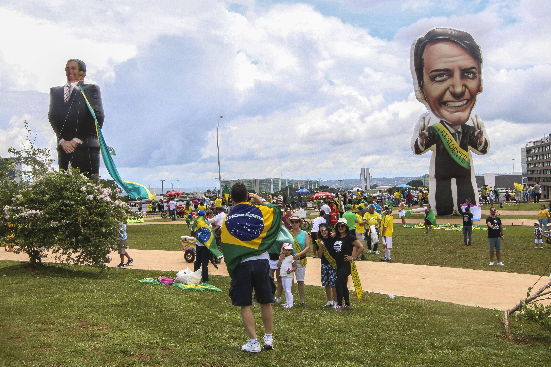 Bonecos infláveis representando Bolsonaro e o vice general Mourão foram levados a Brasília. Foto: Wilson Dias/Agência Brasil - 1.1.19