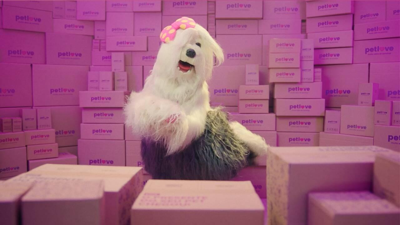 """Comercial recria uma das cenas do filme """"O Grande Hotel Budapeste"""", de Wes Anderson, com Priscila. Foto: Divulgação/Petlove"""