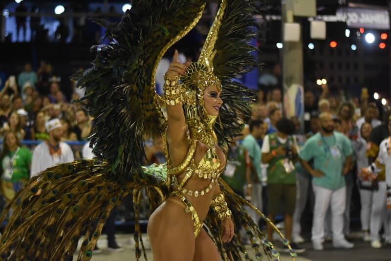 Viviane Araújo sambou muito à frente da bateria da Salgueiro. Foto: Riotur/divulgação
