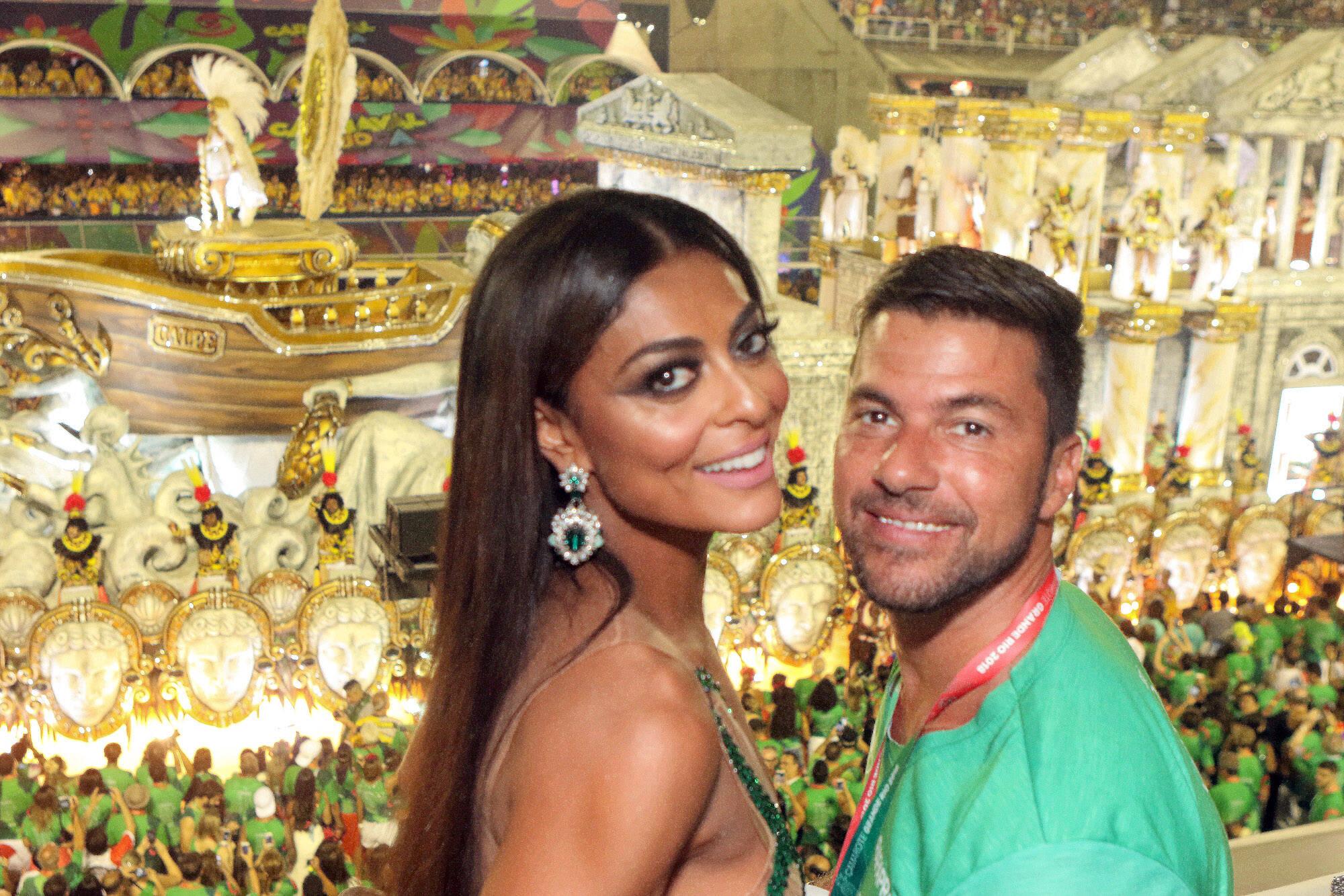 Juliana Paes e Carlos Eduardo no Camarote Grande Rio que se transformou no Cassino do Chacrinha na noite do último domingo (11). Foto: ENY MIRANDA/DIVULGAÇÃO