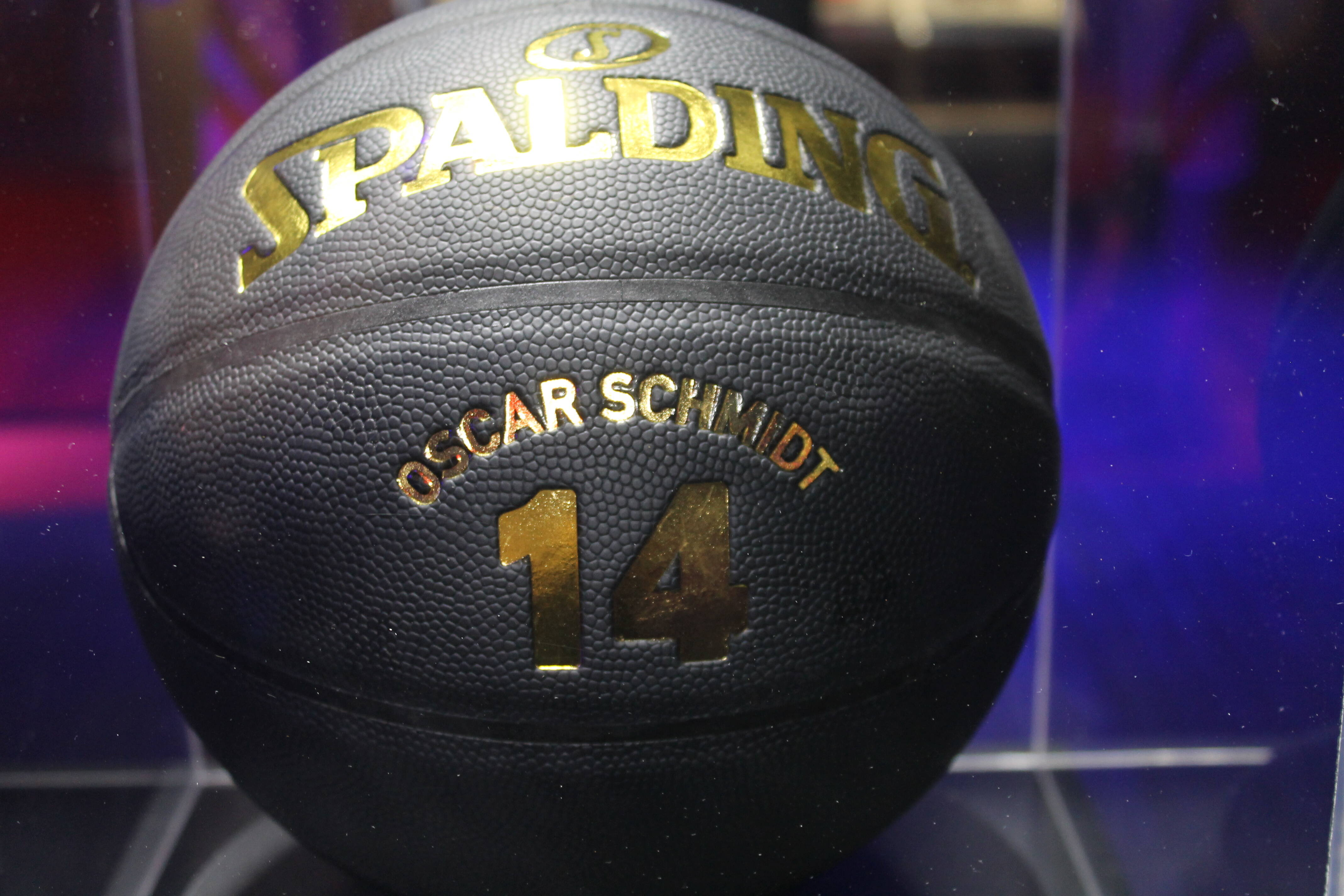 Bola especial do Phoenix Suns em homenagem a Oscar Schmidt . Foto: Flavia Matos/ IG