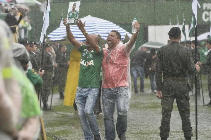 Família de Thiaguinho corre com a foto do filho, que morreu na tragédia. Foto: Reprodução/Breno Fortes/Correio Braziliense