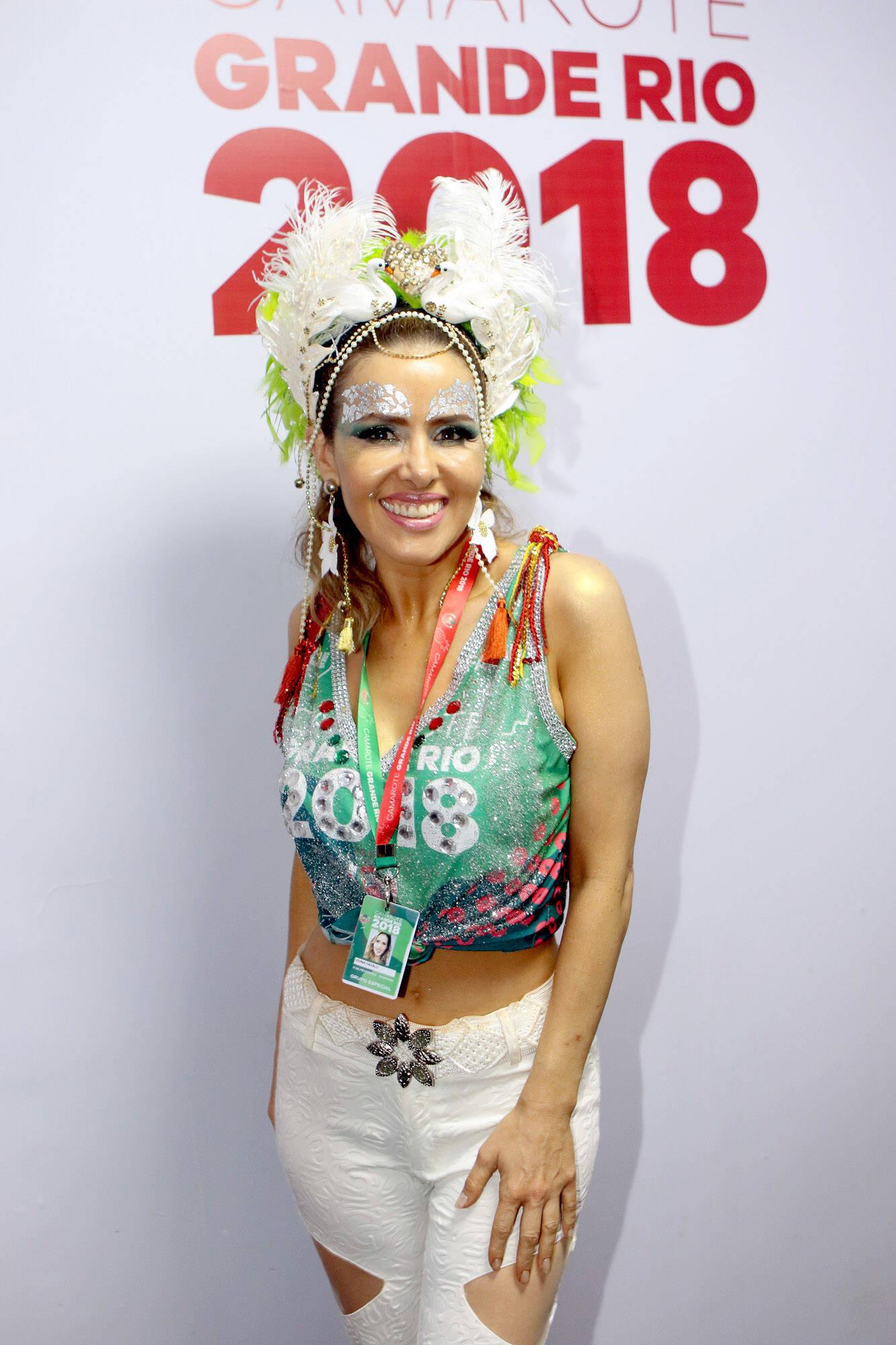 A atriz brasileira Leona Cavalli chegou para chamar atenção em look carnavelesco no último domingo (11), também no Camarote Grande Rio. Foto: ENY MIRANDA/DIVULGAÇÃO