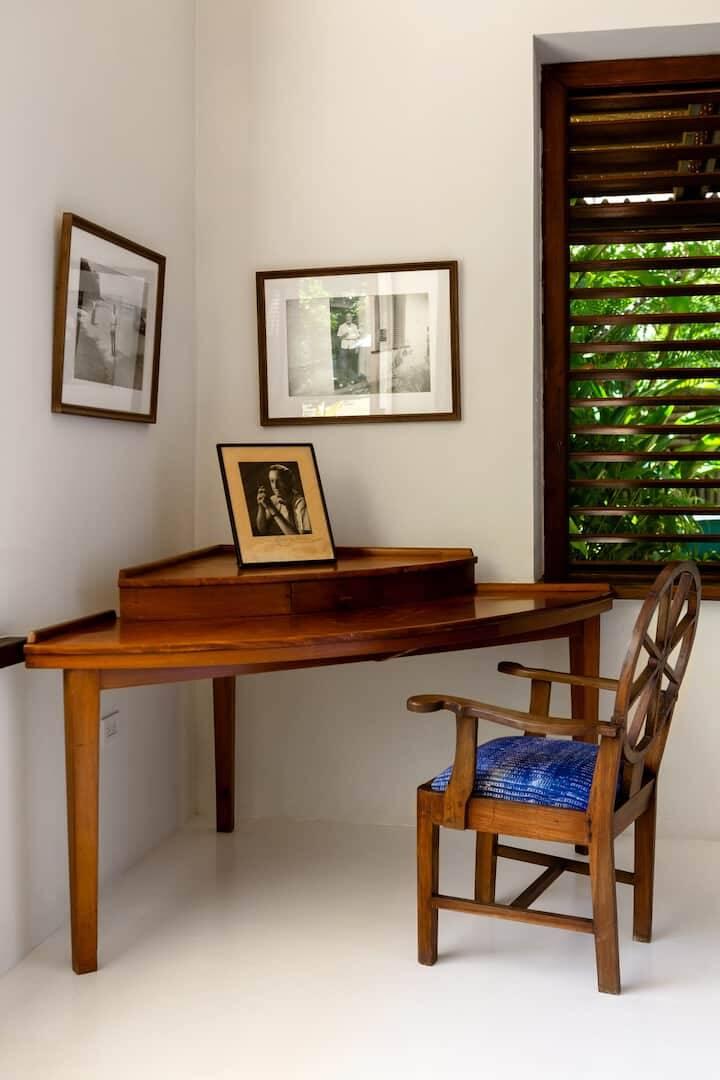 A escrivaninha onde Ian Fleming escrevia seus livros que inspiraram a franquia do cinema. Foto: Airbnb