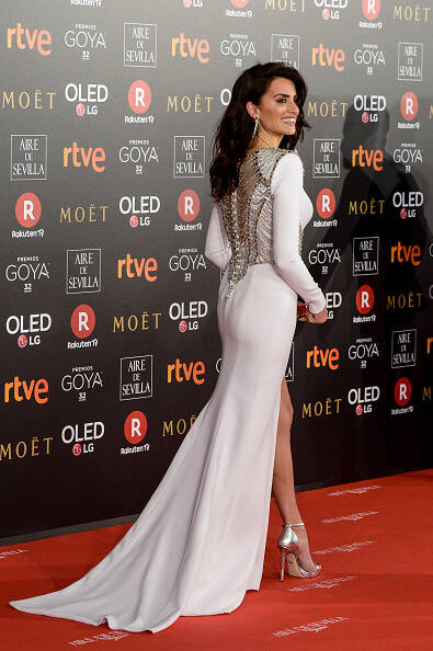 Celebridades desfilaram no último sábado em look da Versace. Foto: Divulgação