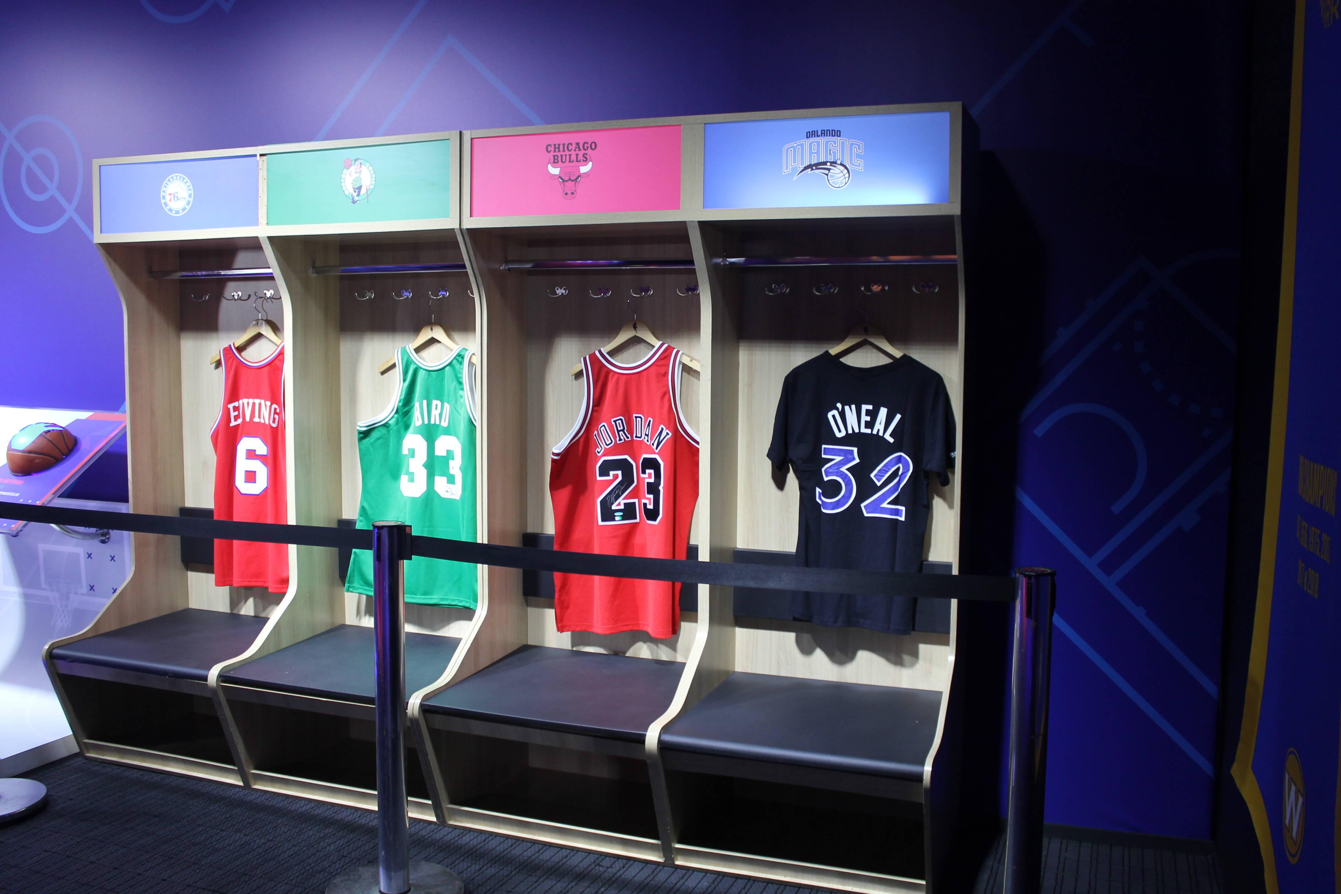 Algumas camisas são expostas para que o torcedor tenha a experiência de um vestiário da NBA. Foto: Flavia Matos/ IG
