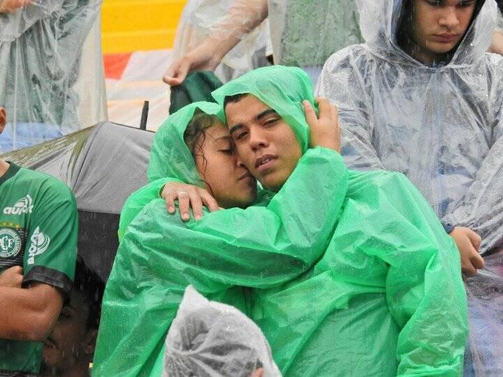 Torcedores choram na Arena Condá. Foto: Reprodução/Breno Fortes/Correio Braziliense