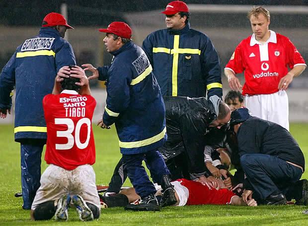 Também em 2004, o húngaro Miklos Feher passou mal num jogo do Benfica e morreu em campo . Foto: Getty Images