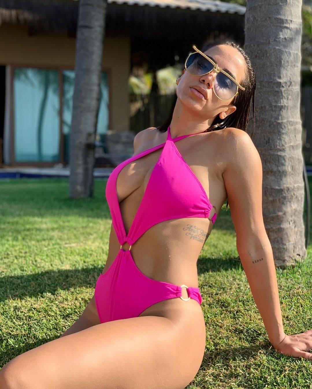 O maiô neon foi a escolha de Anitta para curtir o verão. Foto: Reprodução/Instagram