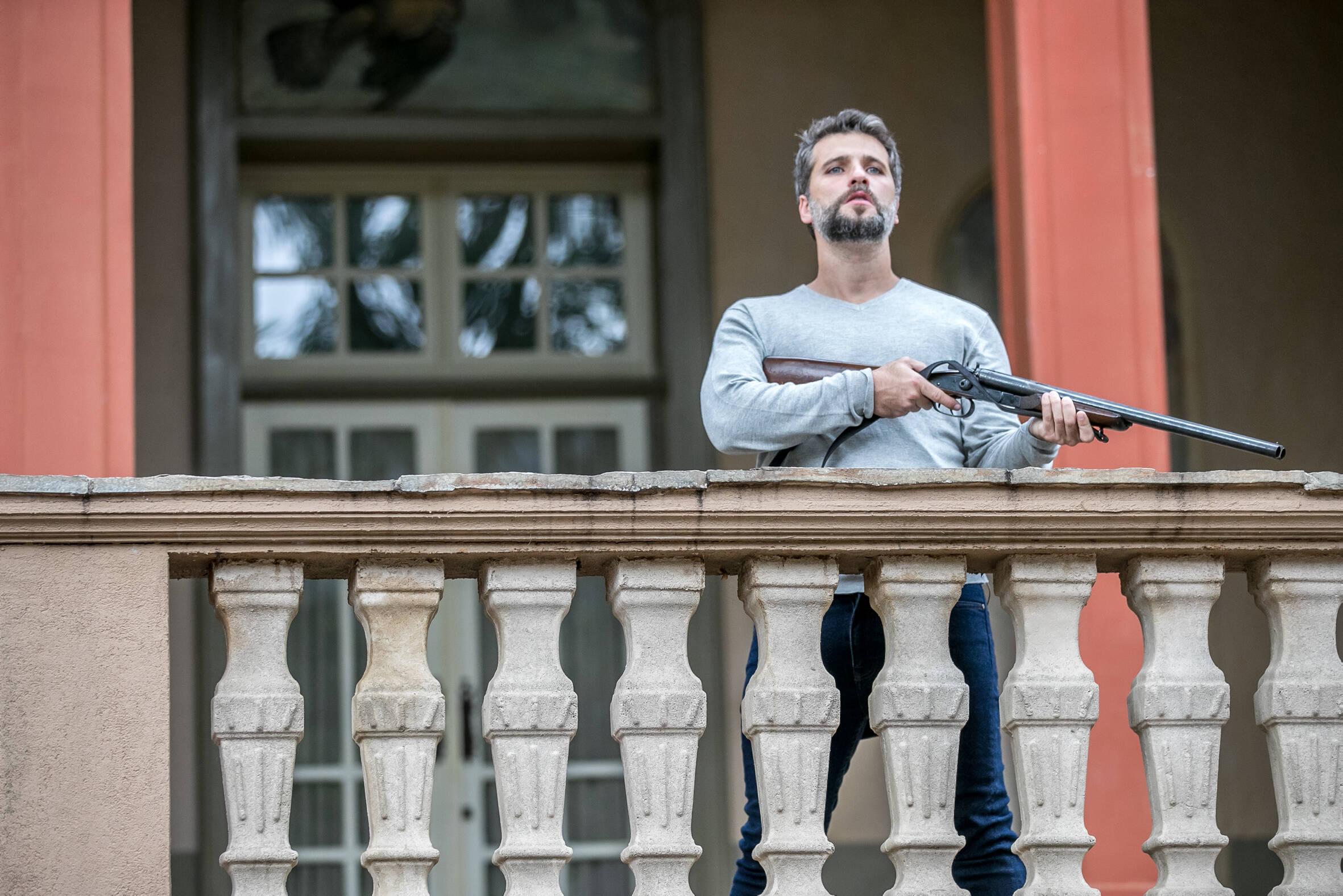 """Bruno Gagliasso segura uma arma  em cena de """"O Sétimo Guardião"""". Foto: Divulgação/TV Globo"""