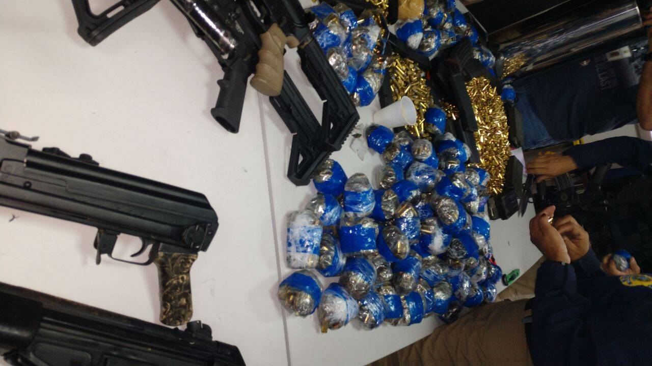 Arsenal apreendido pela Polícia Rodoviária Federal no Rio. Foto: Divulgação/Polícia Rodoviária Federal