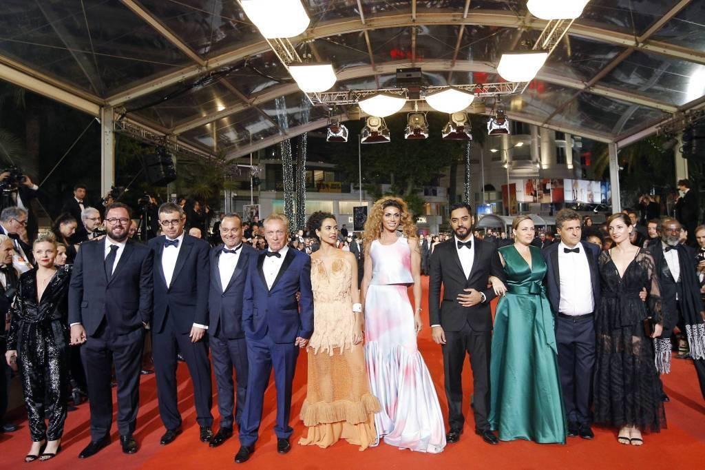 """Na quarta-feira (15), o elenco de """"Bacurau"""" chamou atenção no tapete vermelho do Festival de Cannes, na França. O filme brasileiro disputa o Palma de Ouro e teve uma recepção acalorada no evento. Foto: reprodução / Twitter"""