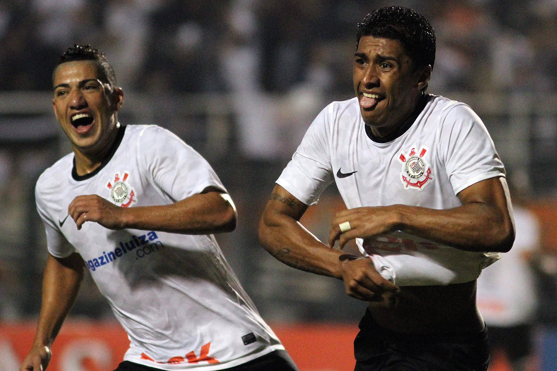Tite foi expulso no duelo contra o Vasco. Ao lado da torcida, viu Paulinho marcar o gol da classificação. Foto: Gazeta Press