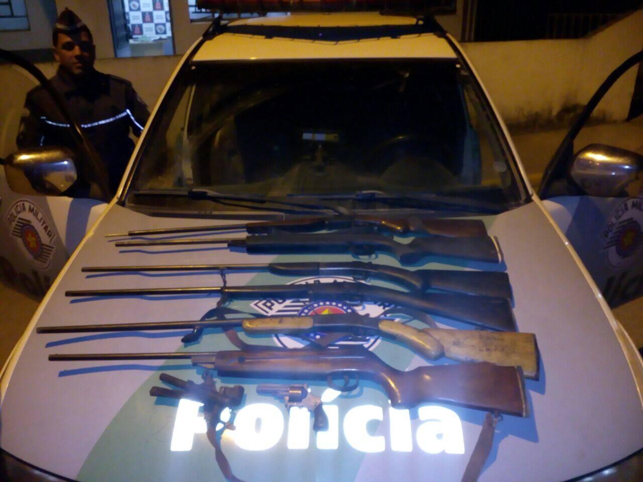 Polícia Militar Ambiental apreendeu armas e resgatou cães utilizados para caçar em São Paulo. Foto: Divulgação/Polícia Militar Ambiental