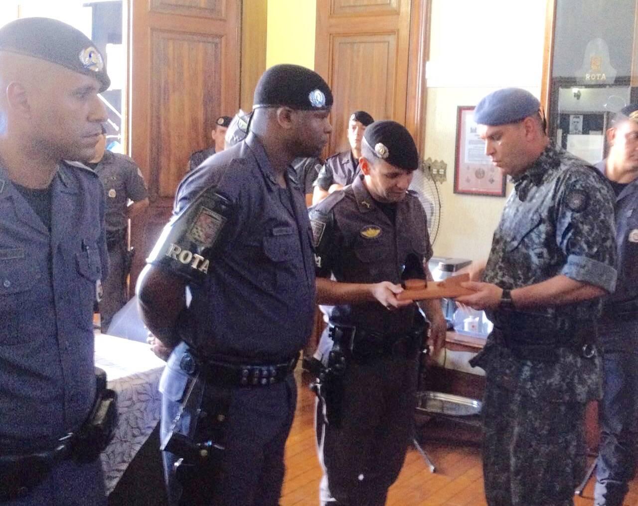 Cerimónia de homenagem aos Policiais da ROTA - Major PM Luis Augusto Pacheco Ambar (dir) premiando o Primeiro Tenente PM Rafael. Foto: PM Divulgação