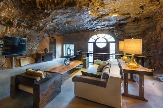 A sala conta com uma cascata natural. Foto: Jam Press/Beckham Creek Cave Lodge