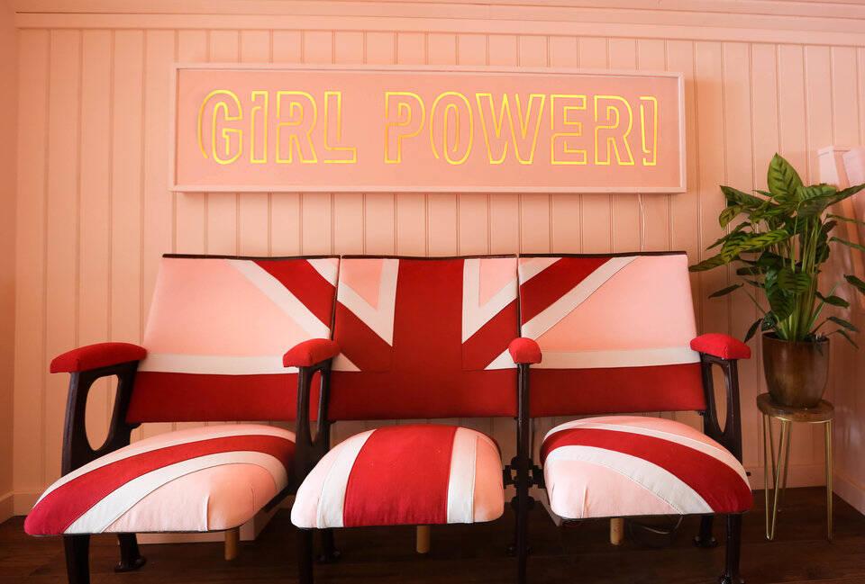 O interior do ônibus das Spice Girls foi repaginado para acomodar três pessoas. Foto: Reprodução/Airbnb