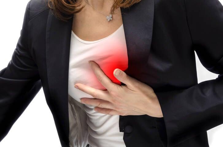 Palpitações: esse sintoma às vezes acompanha um infarto, por conta das arritmias provocadas por ele. Foto: Getty Images