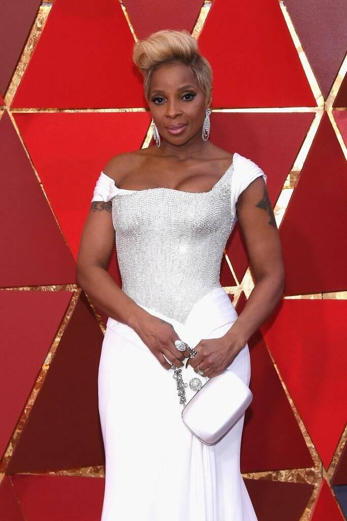 A cantora Mary J. Blige estava toda trabalhada na sensualidade com seu vestido branco juntinho no corpo. Sem dúvidas Mary também arrasou no tapete vermelho do Oscar 2018. Foto: Kevork Djansezian/Getty Images