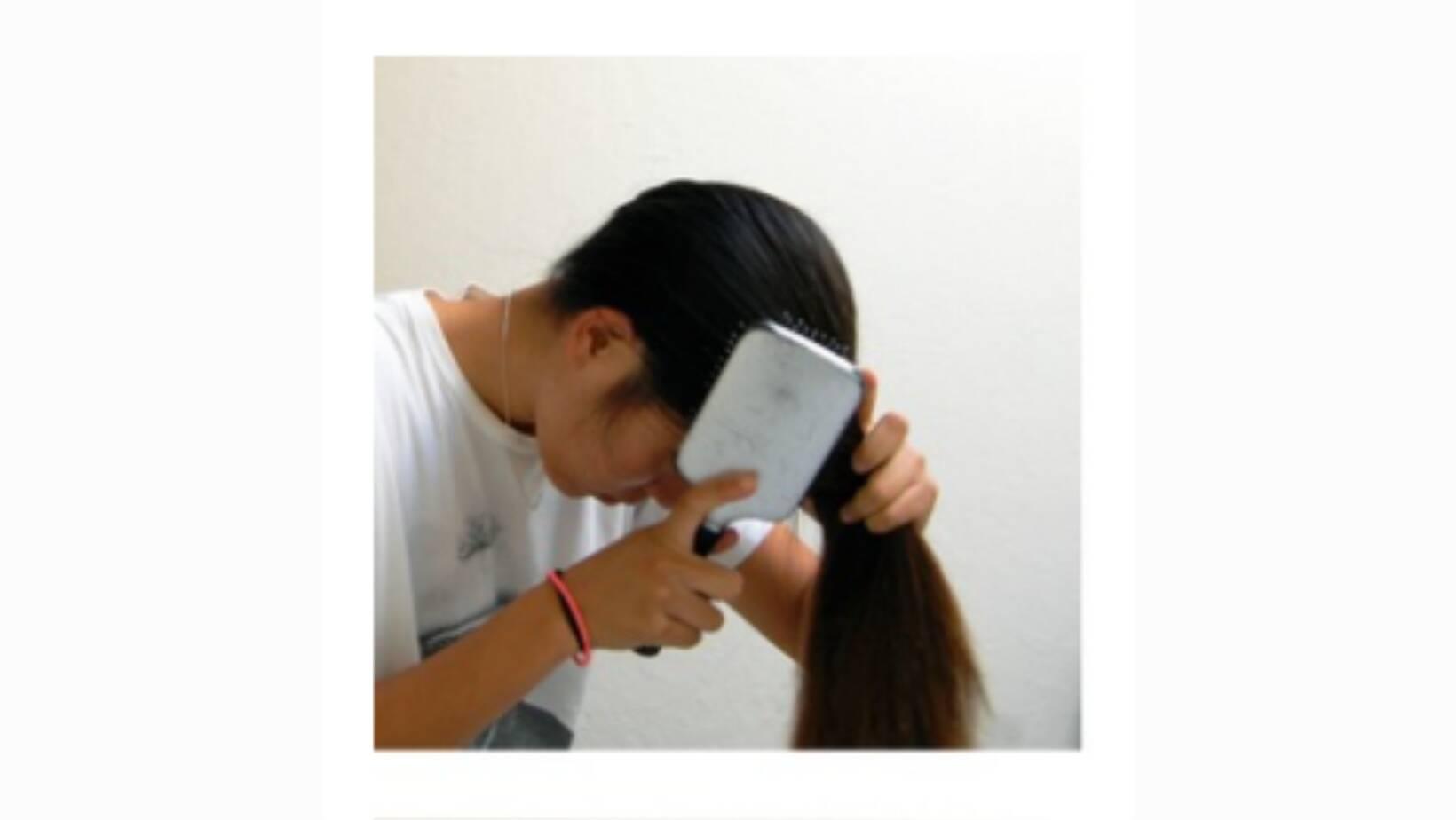 Incline a cabeça para baixo e pentear o cabelo todo para frente. Foto: Reprodução Pinterest
