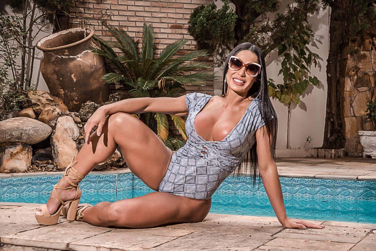 Gracyanne Barbosa sensualiza ao fazer propaganda para marca de roupas. Foto: Créditos Wsantos / Vhassessoria