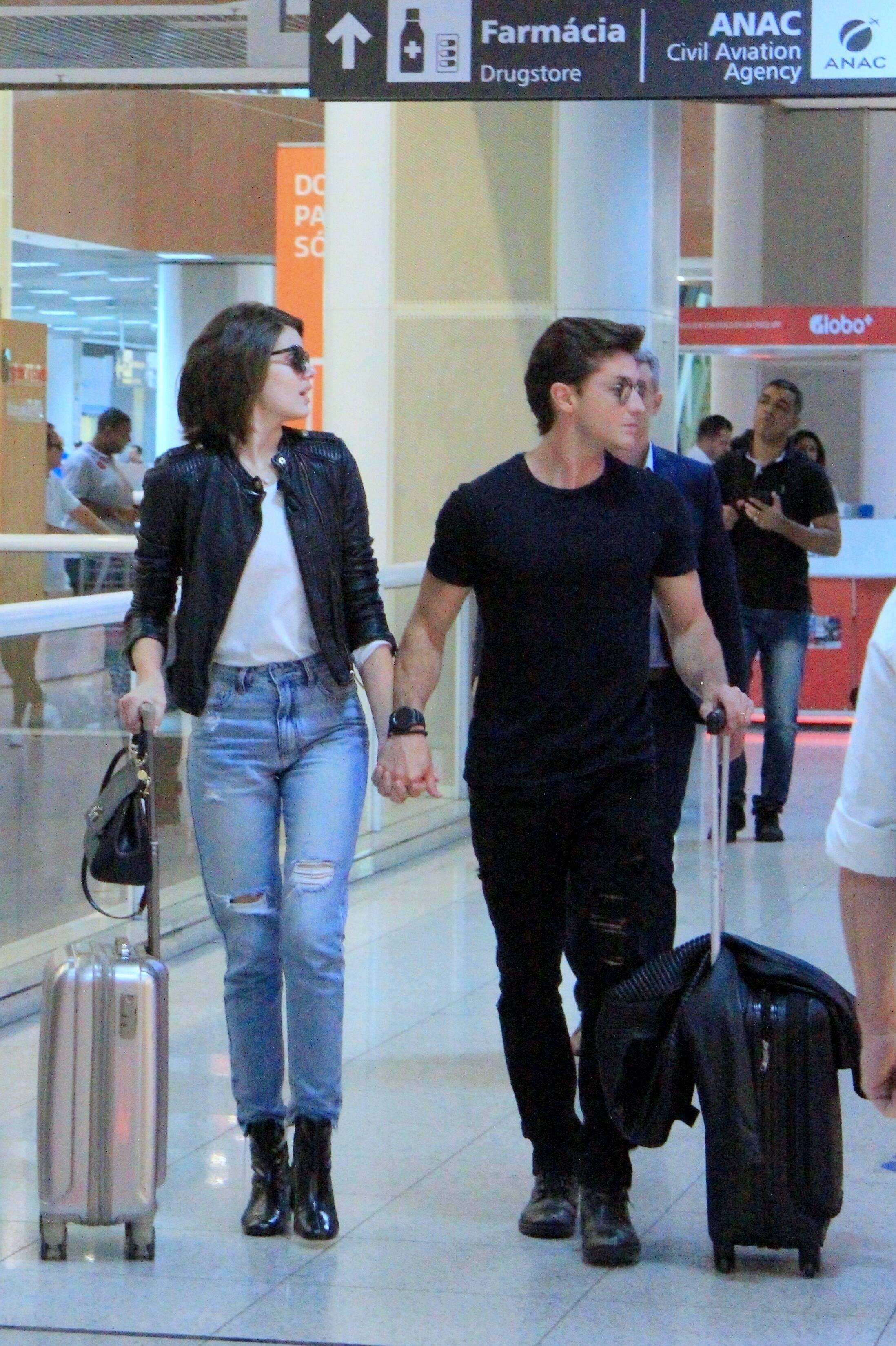 Camila Queiroz e Klebber Toledo tiram fotos com fãs no aeroporto Santos Dummond, no Rio. Foto: Xico Silva / Agnews