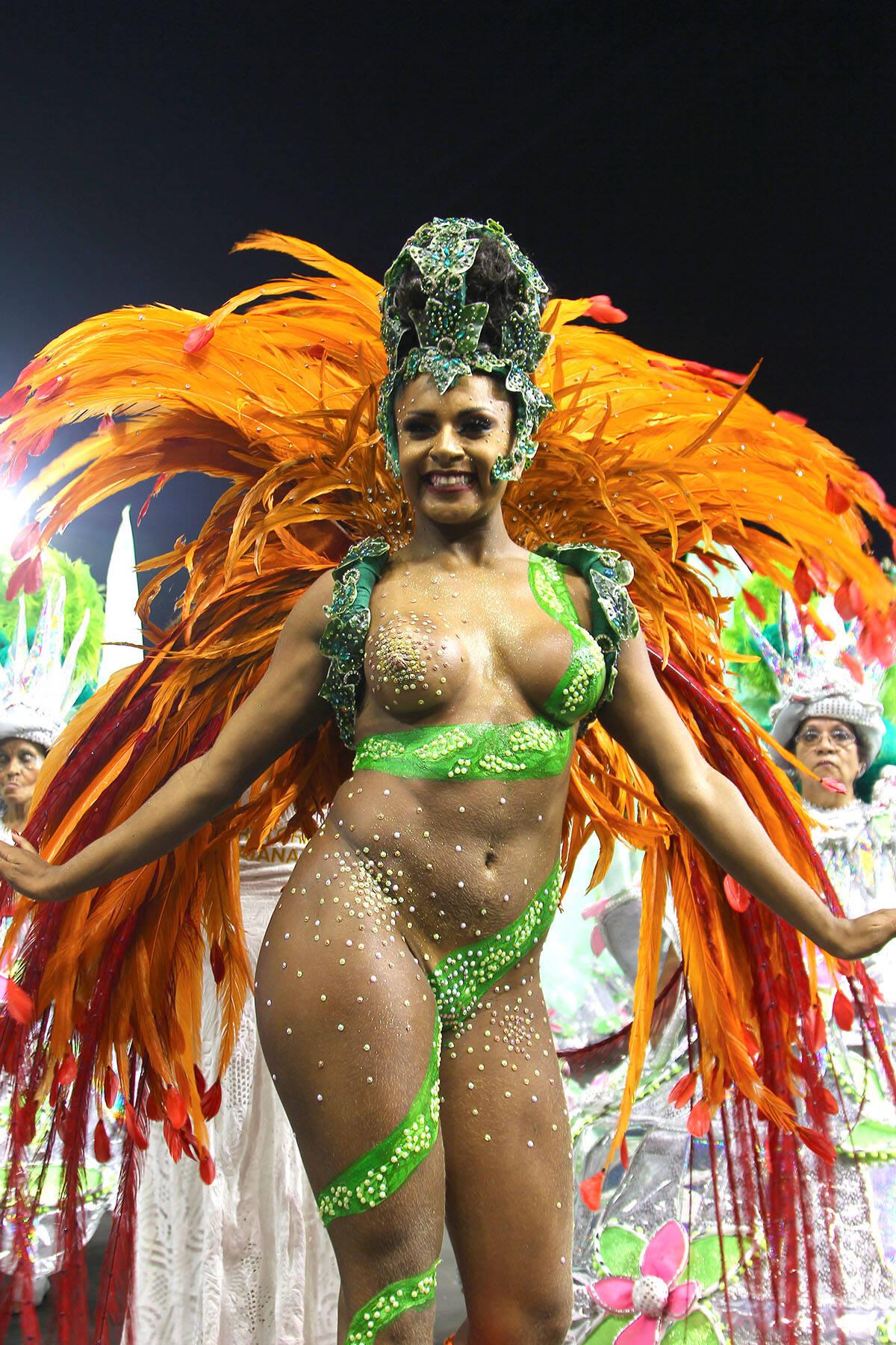 Tarine Lopes perdeu o tapa-sexo e se cobriu com as mãos no desfile da X-9 no sábado (10). Foto: Divulgação