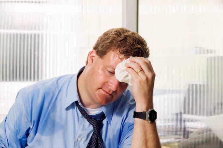 Sudorese: esse sinal é causado pelos sinais aminérgicos, de alerta, quando uma pessoa está infartando. A sudorese sempre vem acompanhada de outros sintomas. Foto: Getty Images
