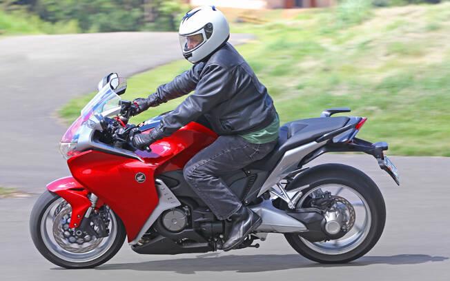 Esta é a Honda VFR 1200, que há cerca de uma década introduziu o câmbio DCT. Foto: Divulgação
