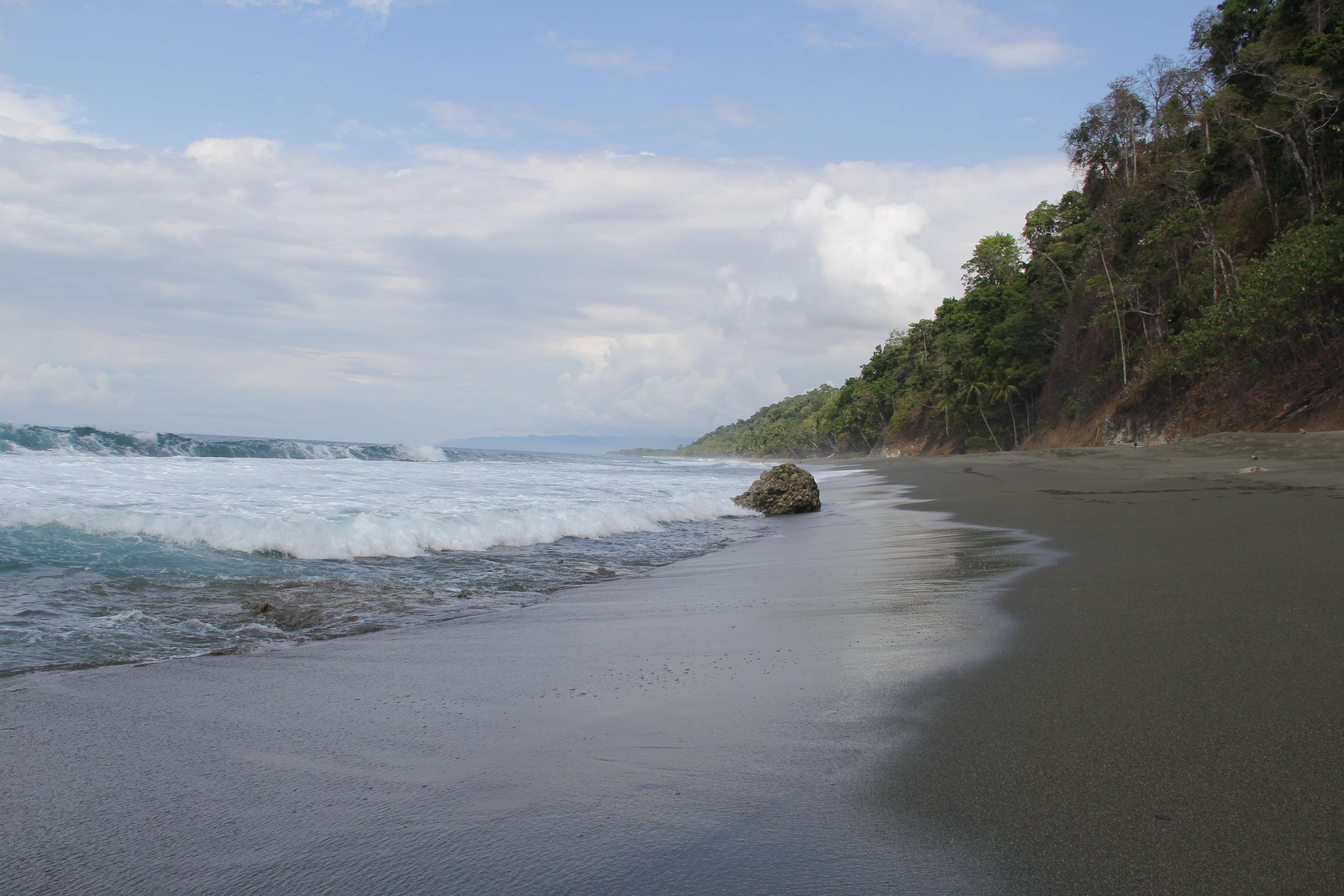A praia de Cabo Matapalo é uma das várias praias costarriquenhas com ondas de alto nível para os surfistas. Foto: shutterstock