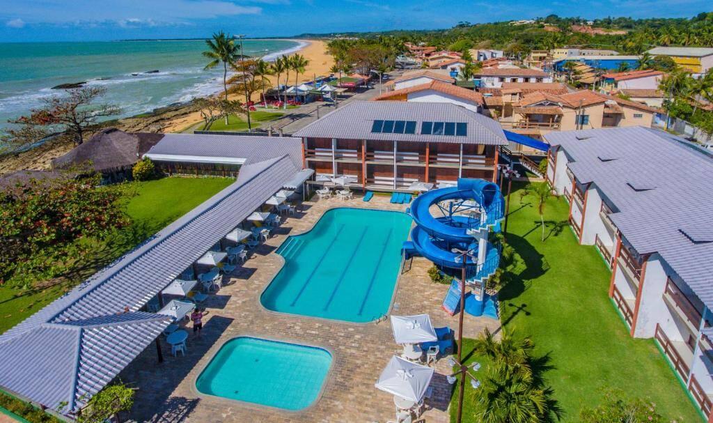 Mais afastado, Baía Cabrália Hotel fica de frente para a exuberante Praia de Arakakaí. Foto: Booking