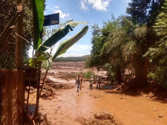 Após o incidente, a lama e os rejeitos invadiram a cidade, causando grande destruição. Um complexo administrativo da empresa foi completamente destruído . Foto: Reprodução