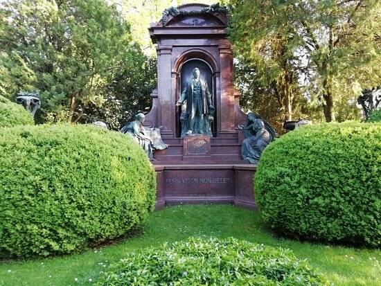 O Cemitério Central de Viena tem mais de 330 mil sepulturas. Foto: Reprodução/TripAdvisor