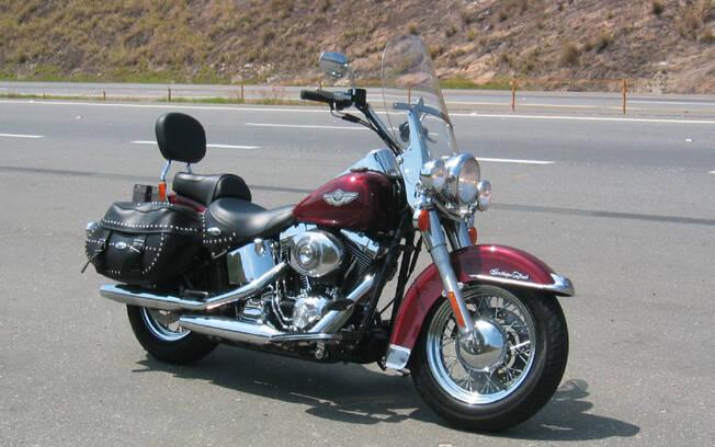 A Harley-Davidson Heritage Softail Classic Anniversary Edition na estrada . Foto: Gabriel Marazzi