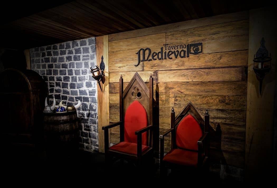 A casa oferece decoração e ambientação totalmente voltada para o tema medieval. Foto: Reprodução/Instagram